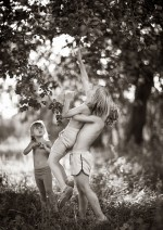 The best moments of kids playing in the countryside of Poland captured by Izabela Urbaniak
